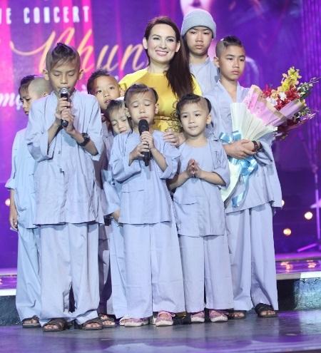 Phi Nhung còn hạnh phúc hʡn khi có sự hiện diện của các con nuôi của mình trong đêm nhạc.