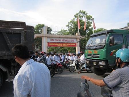 Giao thông bị ùn tắc tại hội đồng thi trường THPT Cẩm Xuyên