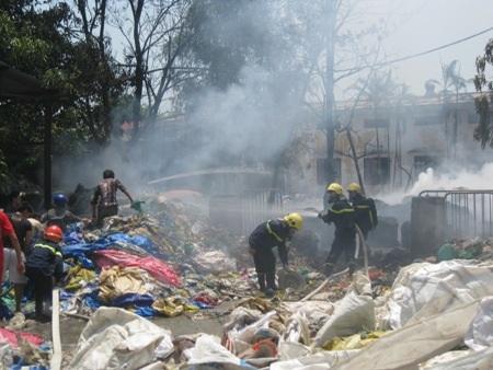 Lực lượng PCCC và công nhân vất vả dập lửa