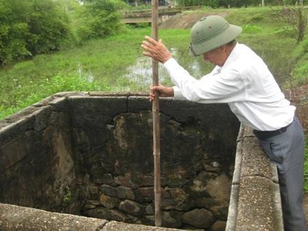 Ông Liễn lấy sào tre thử độ sau của nước giếng