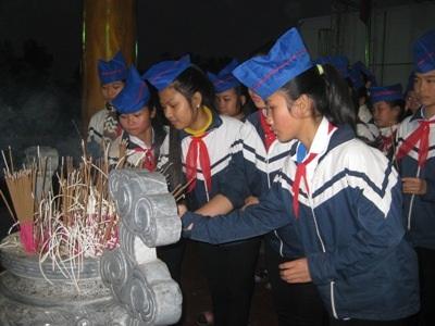 ... học sinh tại Can lộc đã đến thắp hương tưởng niệm những người dân đã hy sinh.