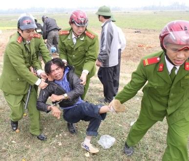 Lực lượng chức năng khống chế một người dân tham gia cản trở
