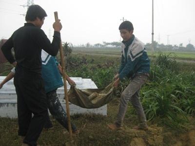 Nhiều em trong số đọi ngũ tạo mộ thuê là học sinh nghèo tại các vùng lân cận.