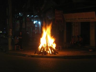 Đốt lửa đêm giao thừa...