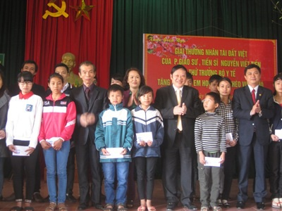 Thứ trưởng Bộ Y tế Nguyễn Viết Tiến trao 80 triệu đồng cho Quỹ Khuyến học xã Cẩm Thạch.