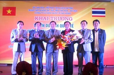 Lãnh đạo sở Văn hóa thể thao & du lịch Hà Tĩnh tặng quà cho đoàn du lịch Sakon Na khon