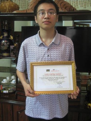 Nguyễn Tiến Mạnh và giải thưởng của mình.
