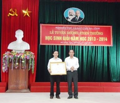 Trao giải cho các học sinh Hà Tĩnh đoạt giải cao trong năm học 2013 -2014