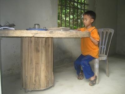 Chiếc lõi đựng dây cáp được anh Hương nhặt về làm bàn học cho con