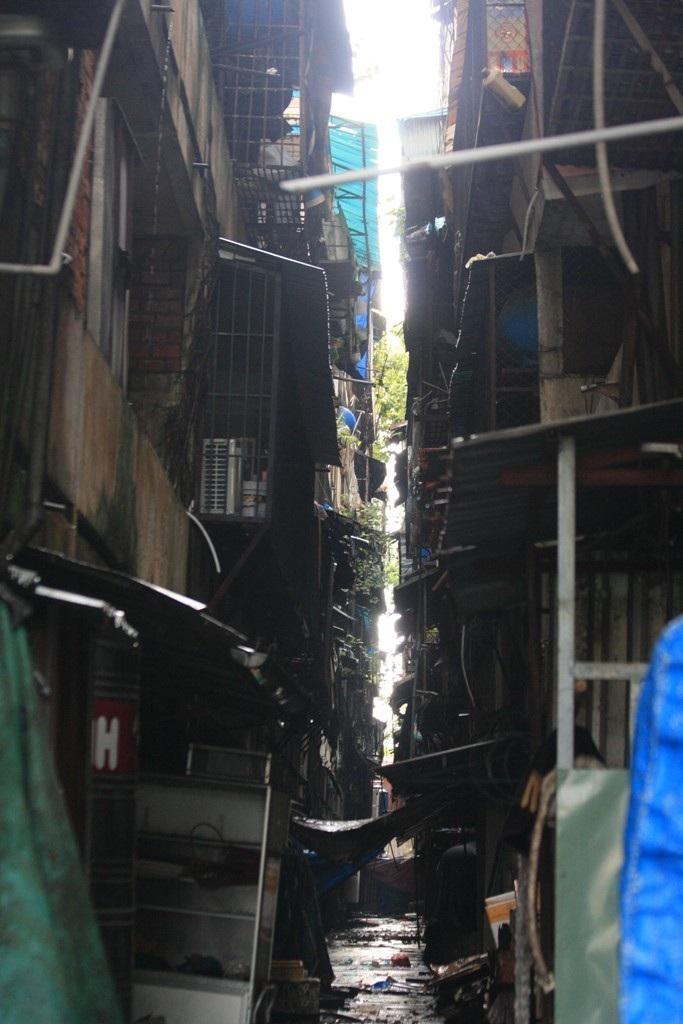 Di dời 11 hộ dân cư ngụ tại chung cư dọa sập