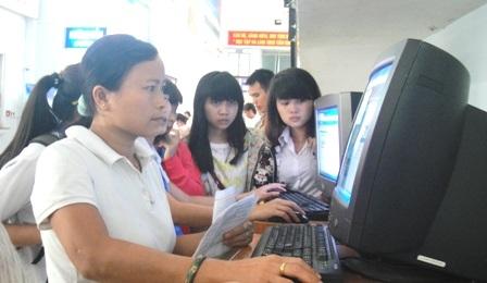 Hành khách đặt mua vé tàu Tết qua mạng tại ga Sài Gòn