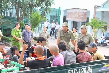 Lực lượng chức năng ra quân kiểm tra đưa người nghiện đưa vào cơ sở xã hội (ảnh: Đình Thảo)