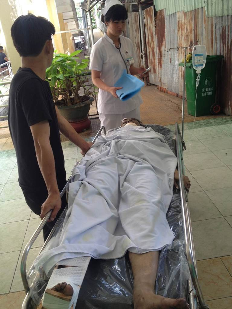 Nạn nhân được đưa đi cấp cứu tại bệnh viện Lê Lợi