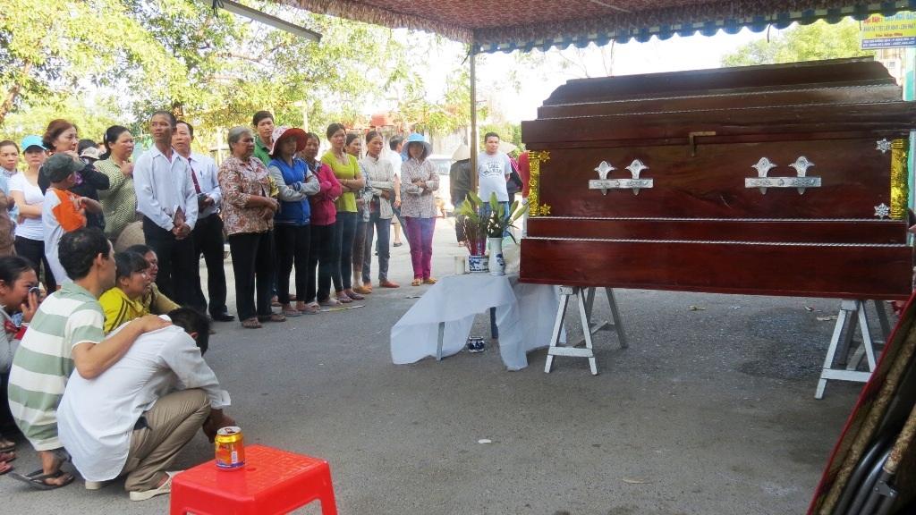 Hàng xóm giúp gia đình anh Huấn tổ chức tang lễ cho chị Hiền