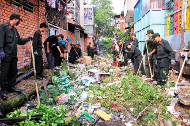 Một buổi ra quân dọn dẹp rác thải trên kênh Hàng Bàng (ảnh Báo Sài Gòn Đầu tư)