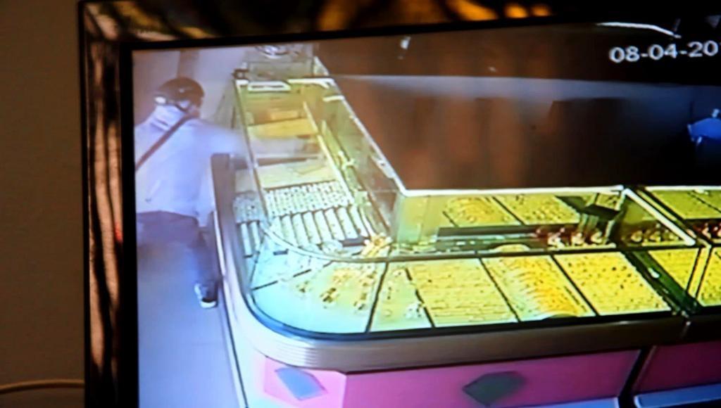 Hình ảnh vụ cướp được ghi lại từ camera tiệm vàng