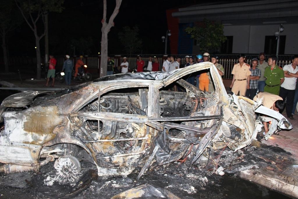 Ô tô bị thiêu rụi sau khi xảy ra tai nạn giao thông
