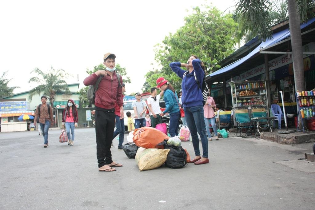 Những bạn trẻ mang khá nhiều quà quê lên thành phố sau kỳ nghỉ lễ