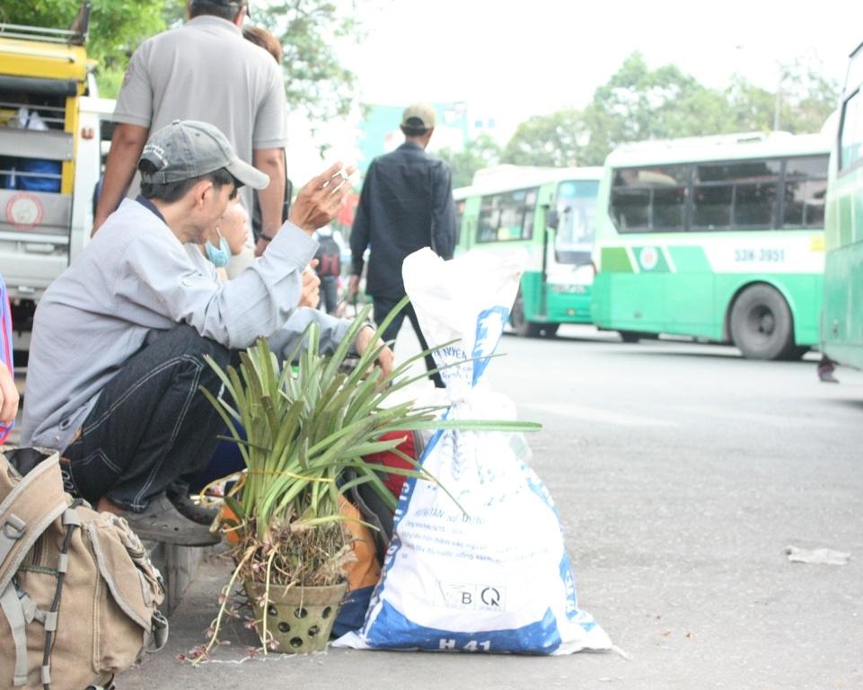 Người đàn ông này mang theo cả hoa lan