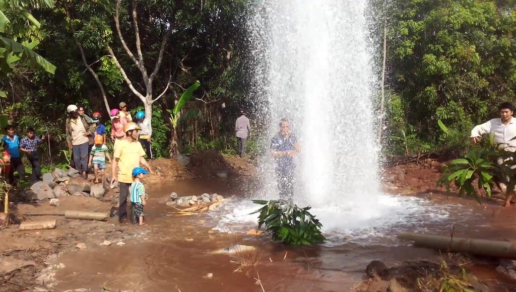 Nhiều người đã tắm và lấy nước về cho gia đình uống nhằm trị bệnh