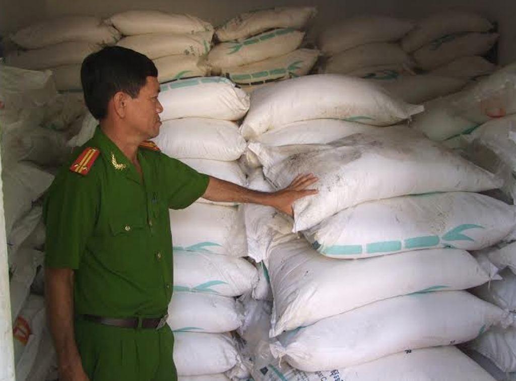 Xe tải chở 200 đường cát lậu bị Công an huyện Châu Thành bắt giữ
