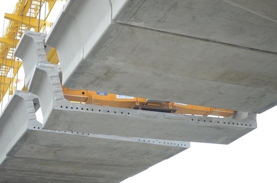 Các đốt dầm được liên kết vĩnh cửu với nhau bằng khóa chống cắt, keo epoxy và cáp dự ứng lực