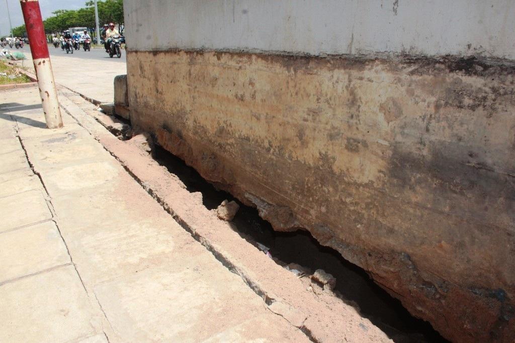 Vết nứt ngày càng mở rộng dưới chân cầu bộ hành