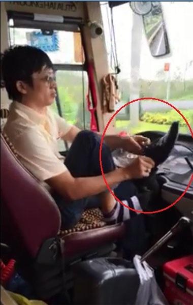 Xử nghiêm tài xế xe khách buông vô lăng để xỏ tất, đi giày