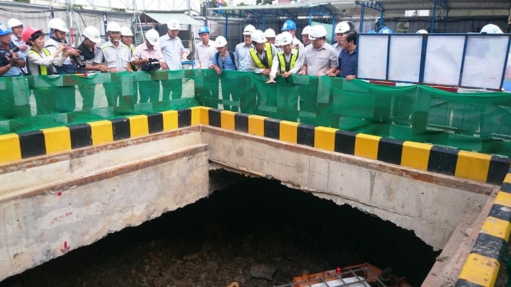 Phó Thủ tướng Hoàng Trung Hải kiểm tra quá trình thi công tại ga Nhà hát thành phố