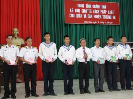 Ông Lê Xuân Thân trao tượng trưng tủ sách pháp luật cho huyện Trường Sa.