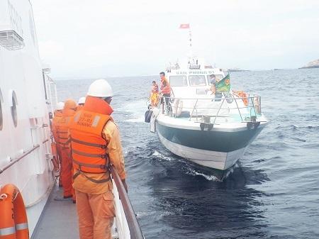 Tàu Vân Phong 01 của Bộ đội Biên phòng tỉnh Khánh Hòa khẩn trương tìm kiếm trên biển.