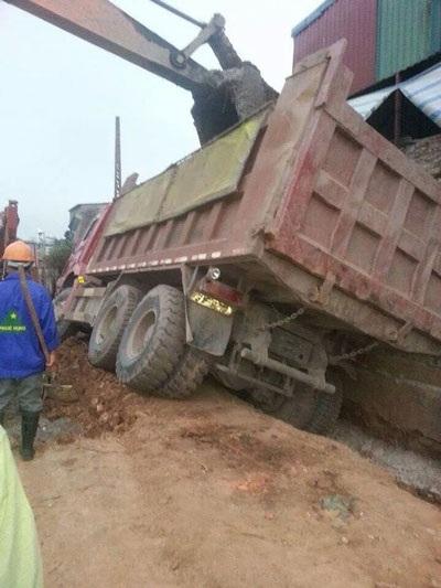 Mảng tường nhà ông Sang bị thủng sau vụ việc.