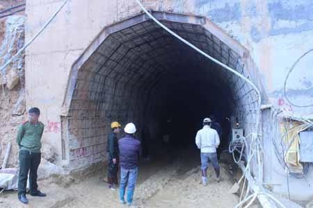 Nước và bùn lênh láng trước cửa hầm