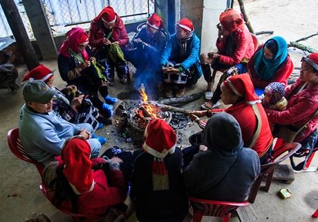 Người dân Sa Pa và du khách cùng quây quần bên đống lửa tránh rét