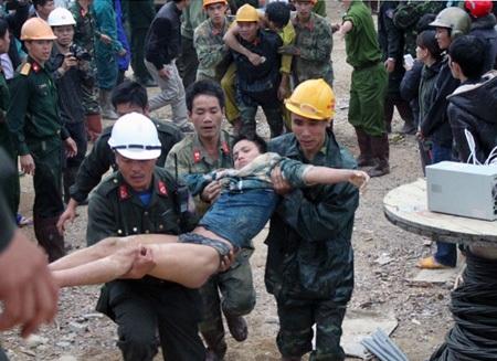 Các nạn nhân được cấp tốc đưa vào lán trại dã chiến chăm sóc sức khỏe