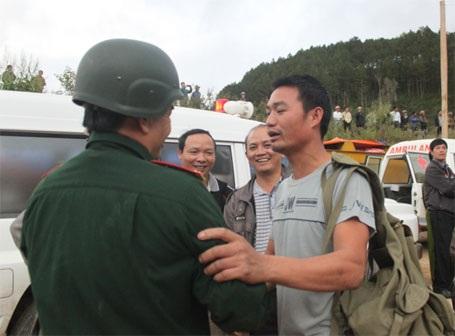 Một người thân nạn nhân chia sẻ niềm vui với ông Nguyễn Hữu Hùng (Ảnh: Doãn Công)