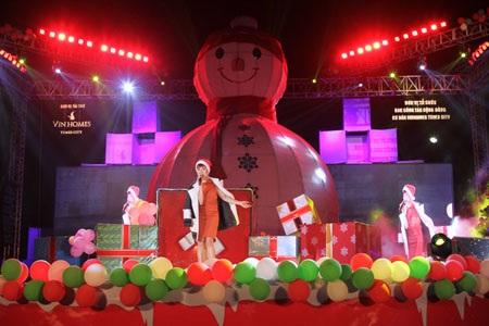 """Uyên Linh đốt cháy sân khấu với hai ca khúc """"Cám ơn tình yêu"""" và """"Girl on fire""""."""