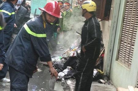 Quần áo, vải vóc chất đầy trước cửa gây ngạt khói, khiến các nạn nhân không thể chạy thoát.