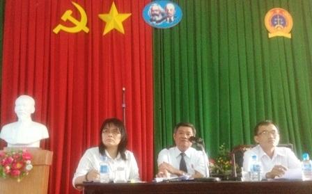 Thẩm phán, Phó Chánh án TAND tỉnh Long An Lê Quang Hùng (giữa) chủ trì buổi họp báo.