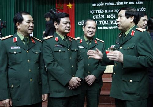 Đại tướng Phùng Quang Thanh trao đổi cùng các đại biểu bên lề Hội thảo.