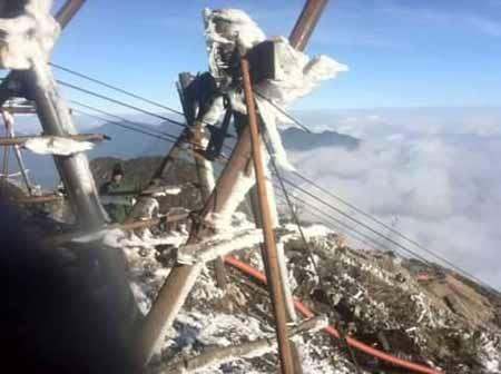 Công trình thi công cáp treo lên đỉnh Phan Si Păng phải tạm dừng vì quá lạnh giá.