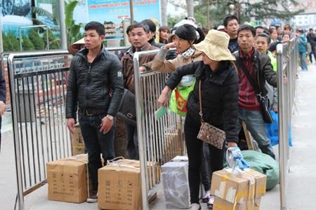 Người dân xếp hàng làm thủ tục nhập hàng vào Việt Nam qua cửa khẩu Móng Cái.