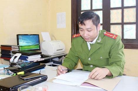 Đại úy Lê Văn Quỳnh với công việc thường ngày.