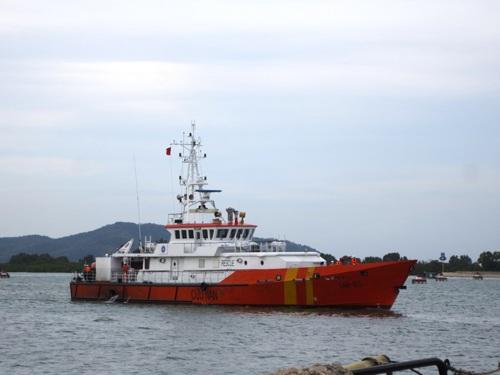 Tàu SAR 413 bắt đầu cập cảng.