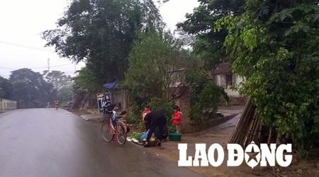 Hoạt động mua bán, trao đổi hàng hóa tại Yên Trung vẫn diễn ra tự phát.