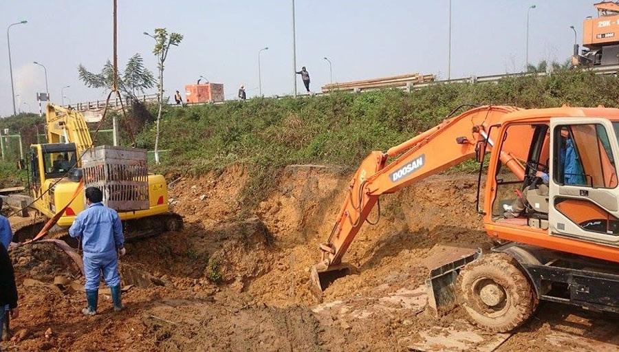 Hiện trường vụ vỡ đường ống sáng nay. Đường ống vỡ tạo thành hố sâu 3m, rộng 4m.