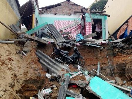 Hiện trường nhà trọ của anh Nguyễn Đức Hoa bị sập, cùng đồ đạc. (Ảnh: Nguyễn Hoàng/Vietnam+)