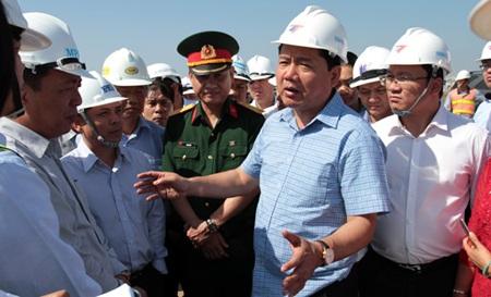 Bộ trưởng Đinh La Thăng tại công trường đang thi công Luồng sông Hậu.