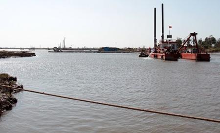 Các đơn vị đang thi công đào luồng thông vào sông Hậu