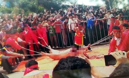 Tục chém lợn vẫn hiên ngang diễn ra tại Đình Ném Thượng - TP Bắc Ninh vào lúc 12 giờ ngày 24/2.